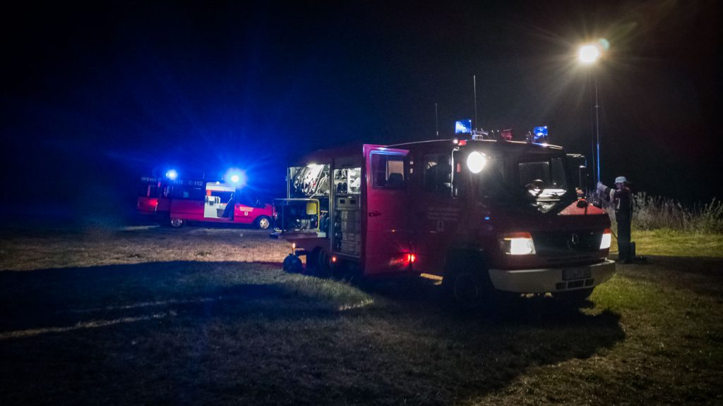 MTW und TSF-W Nachts auf einer Wiese an der Wörnitz