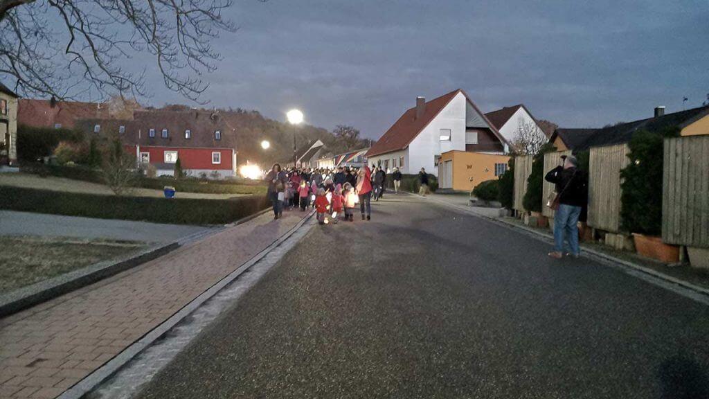 Bild: der Martinsumzug des Kindergarten Breitenau zieht durch Breitenau