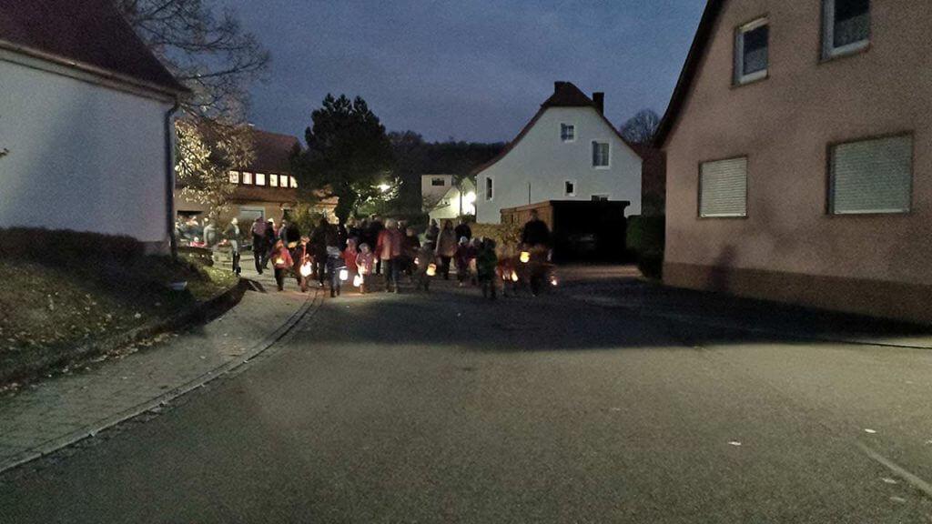 Bild: der Martinsumzug des Kindergarten Breitenau zieht durch das dunkle Breitenau