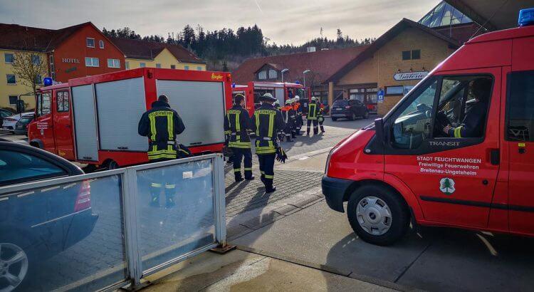 Feuerwehrautos vor der Tankstelle in Hilpertsweiler