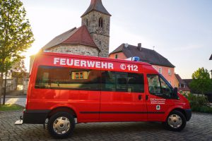 Das MTW Breitenau 14/1 vor der Kirche in Breitenau