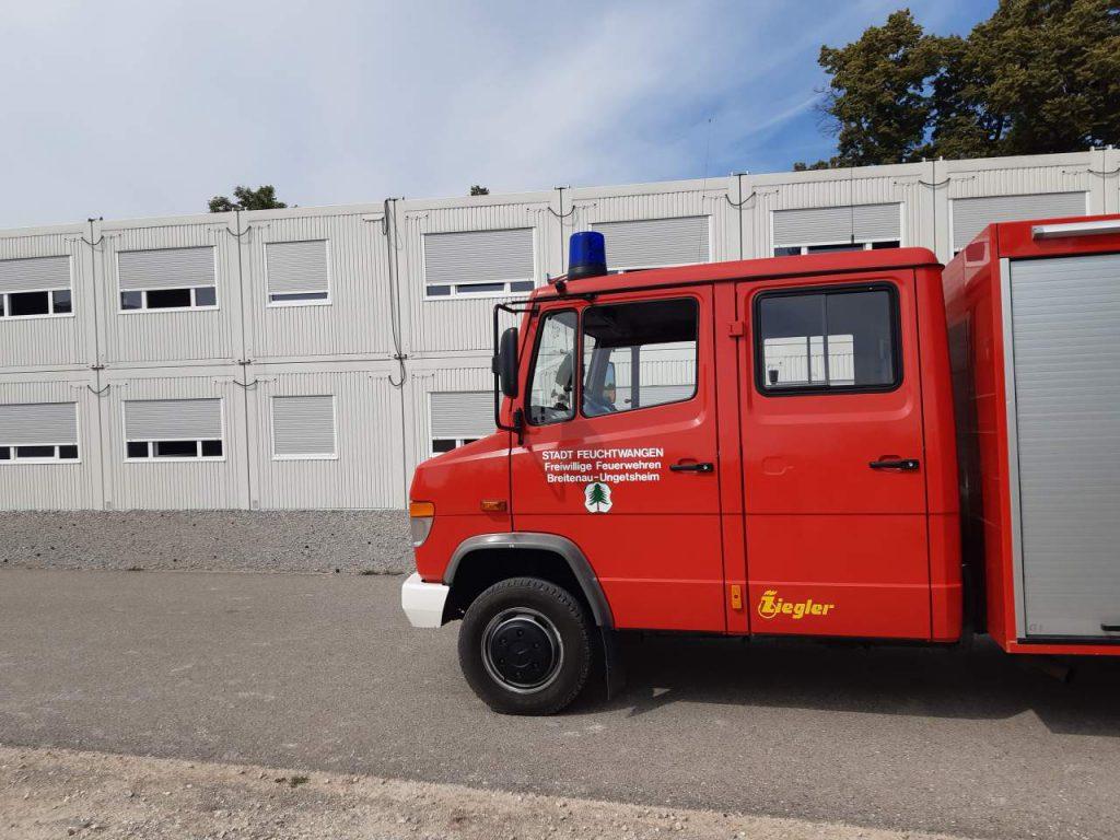 Das TSF-W vor der provisorischen Volksschule in Feuchtwangen