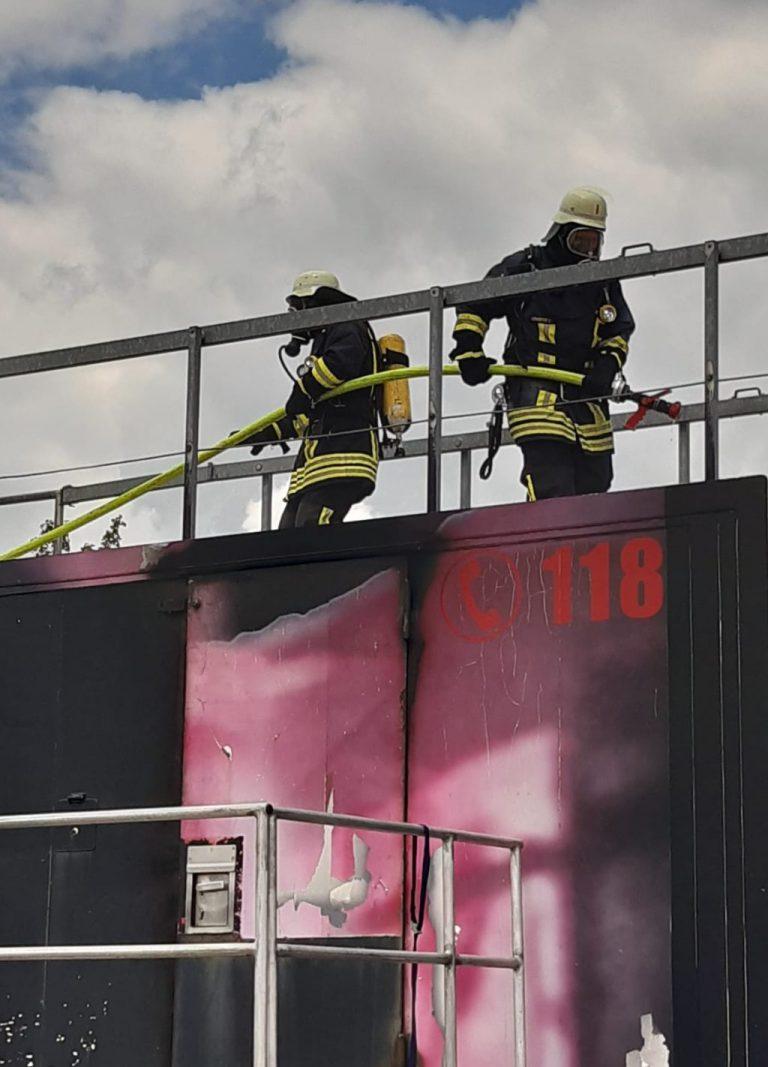 Zwei Atemschutzgeräteträger auf dem Brandcontainer