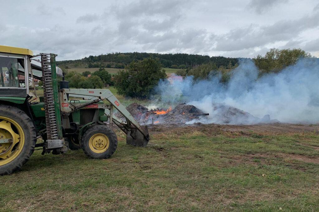 Traktor vor dem Feuer ins Sperbersbach