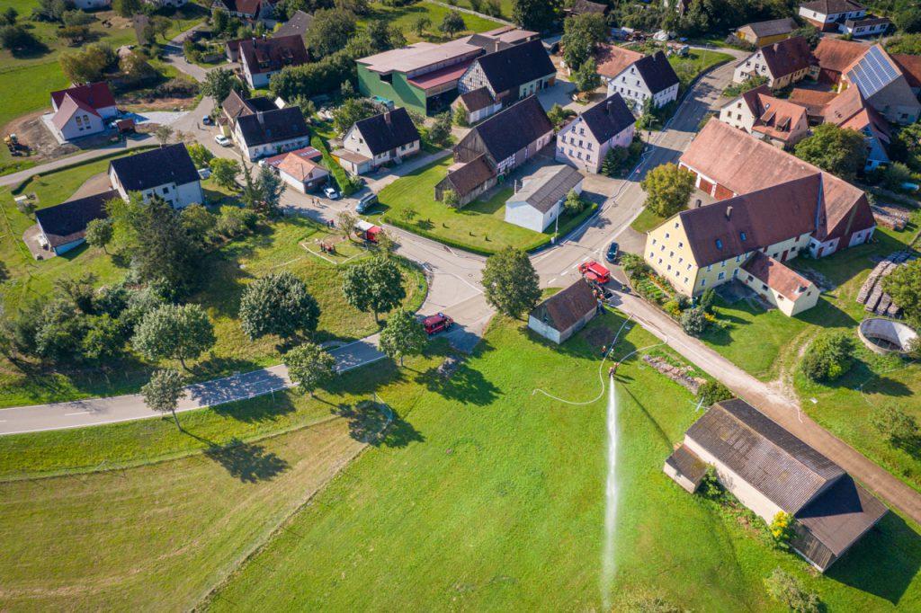 Brandschutzwoche 20202 - Luftbild von Gehrenberg mit Feuerwehrautos