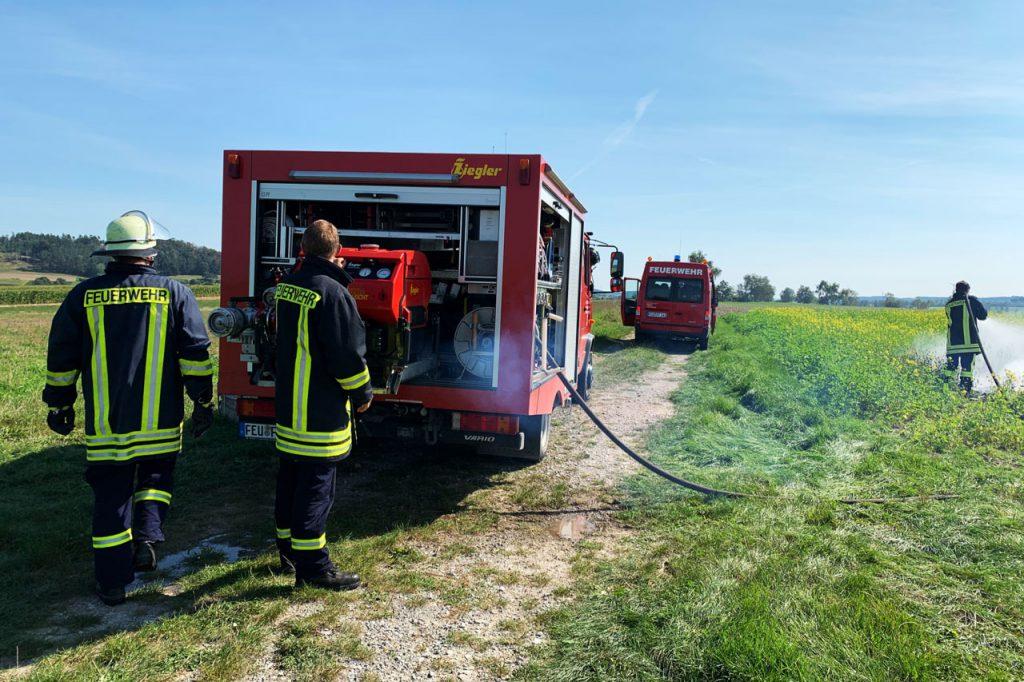 Brand Freifläche zwischen Ungetsheim und Bergnerzell - Feuerwehrmann steht am TSF-W