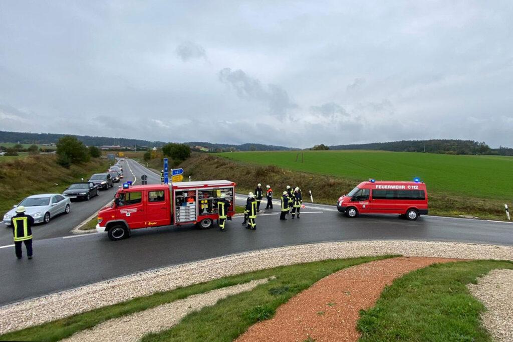 Ölspur am Kreisverkehr an der B25 richtung Dorfgütingen - MTW und TSF-W mit Feuerwehrleuten