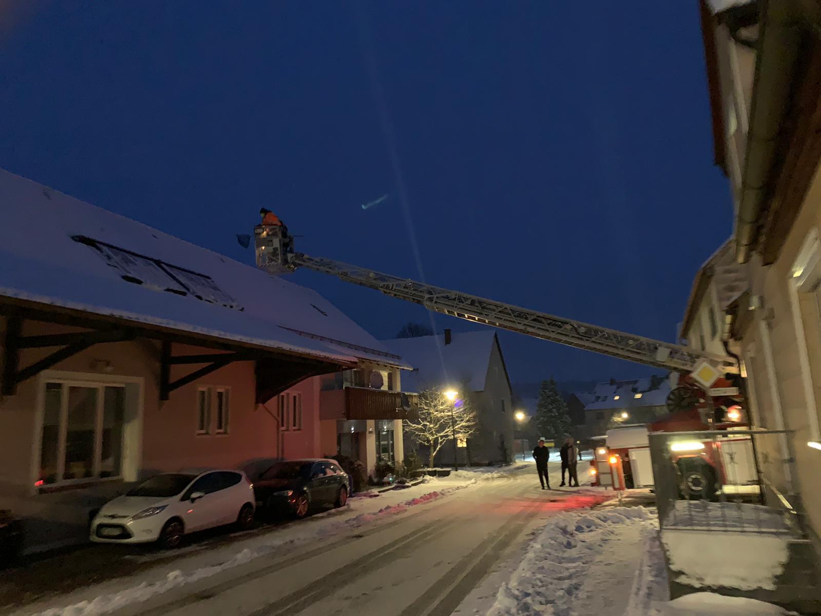 Drehleiter steht auf Straße in Breitenau
