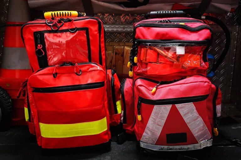 Zwei Notfallrucksäcke stehen nebeneinander im Kofferraum des MTW