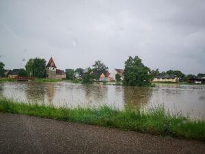 Die Kapelle Zumhaus und im Vordergrund das Hochwasser, welches fast bis zur Straße reicht.