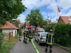 Feuerwehrleute auf der Straße